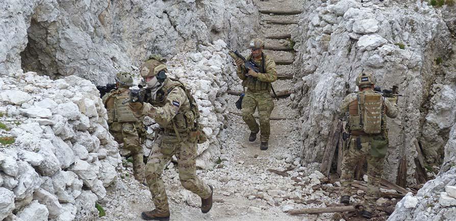 Rangers del 4° Reggimento alpini paracadutisti in addestramento tattico con  gli omologhi statunitensi a567bc30ddef