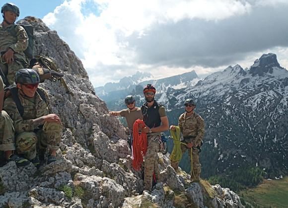 Alpini dell'Esercito addestrano i paracadutisti dell ...